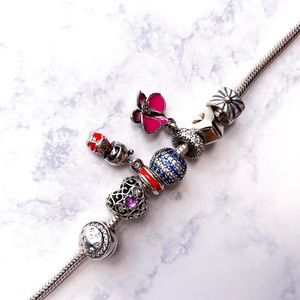 Beautiful Pandora Bracelet w/ 7 Charms